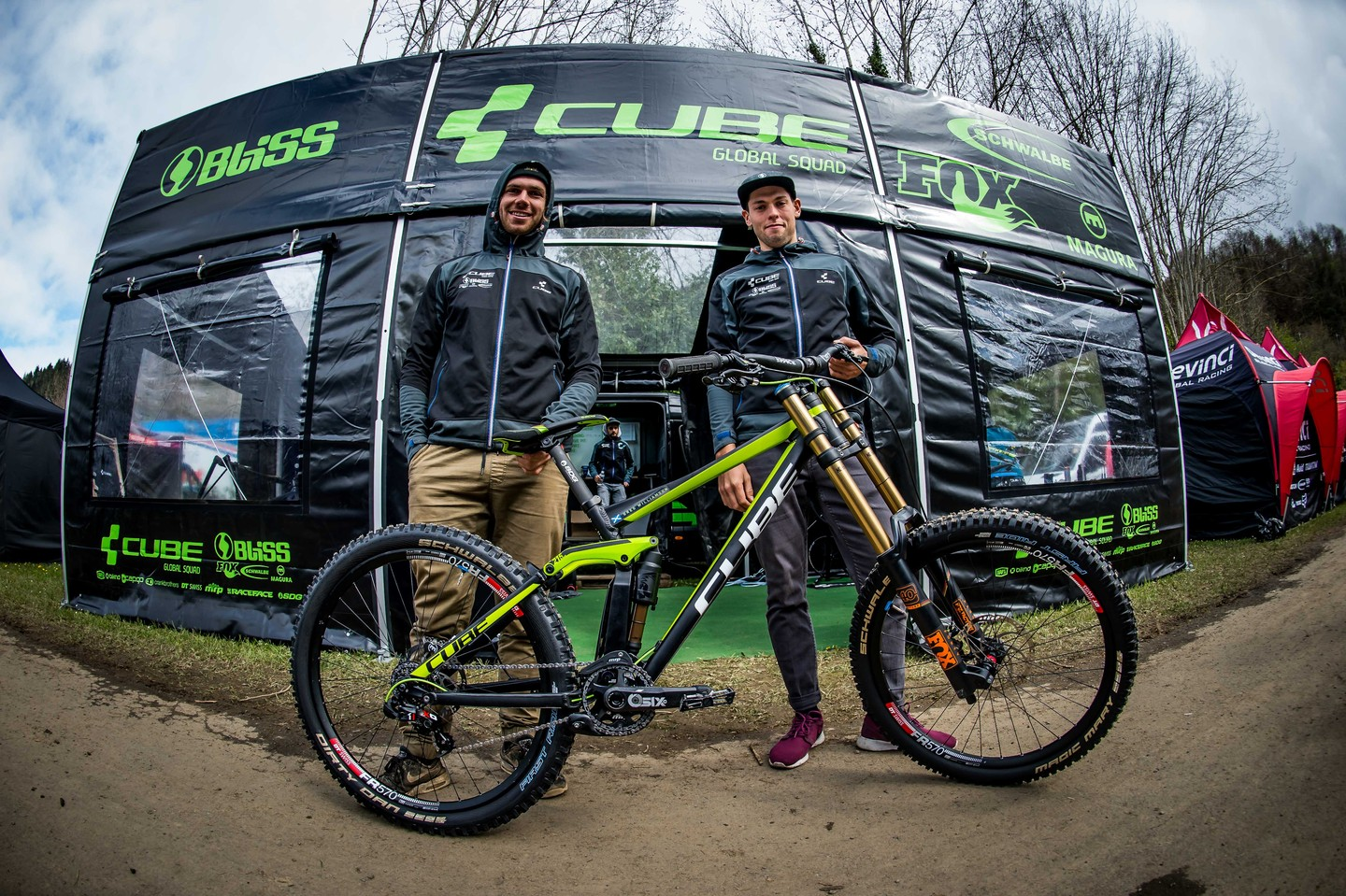 Matt Walker et Greg Williamson sur le paddock avant les épreuves de qualification. © photo : Nathan Hughes