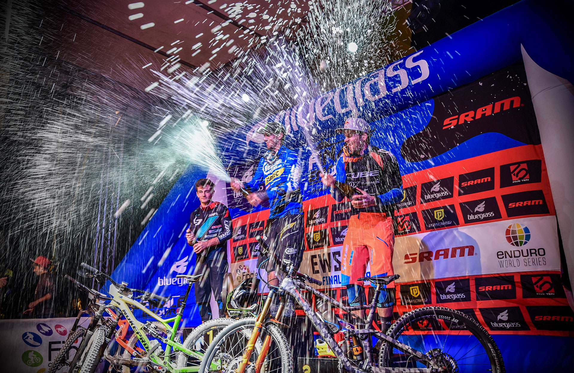 Le podium des Enduro World Series 2017. De gauche à droite : Adrien Dailly (2), Sam Hill (1), Gregory Callaghan (3). © Claus Wachsmann