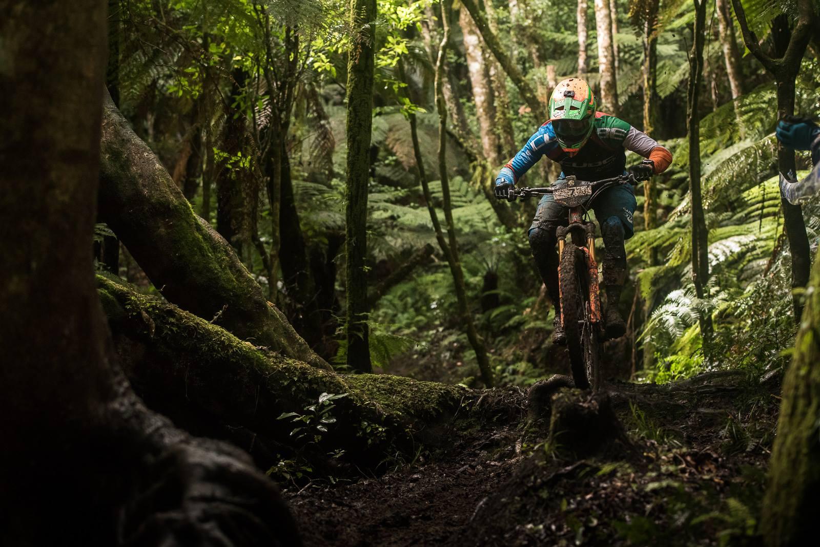 Greg Callaghan survole les pièges des sentiers détrempés de Rotorua, NZ, au guidon de son Cube Stereo 140. © Dave Trumpore