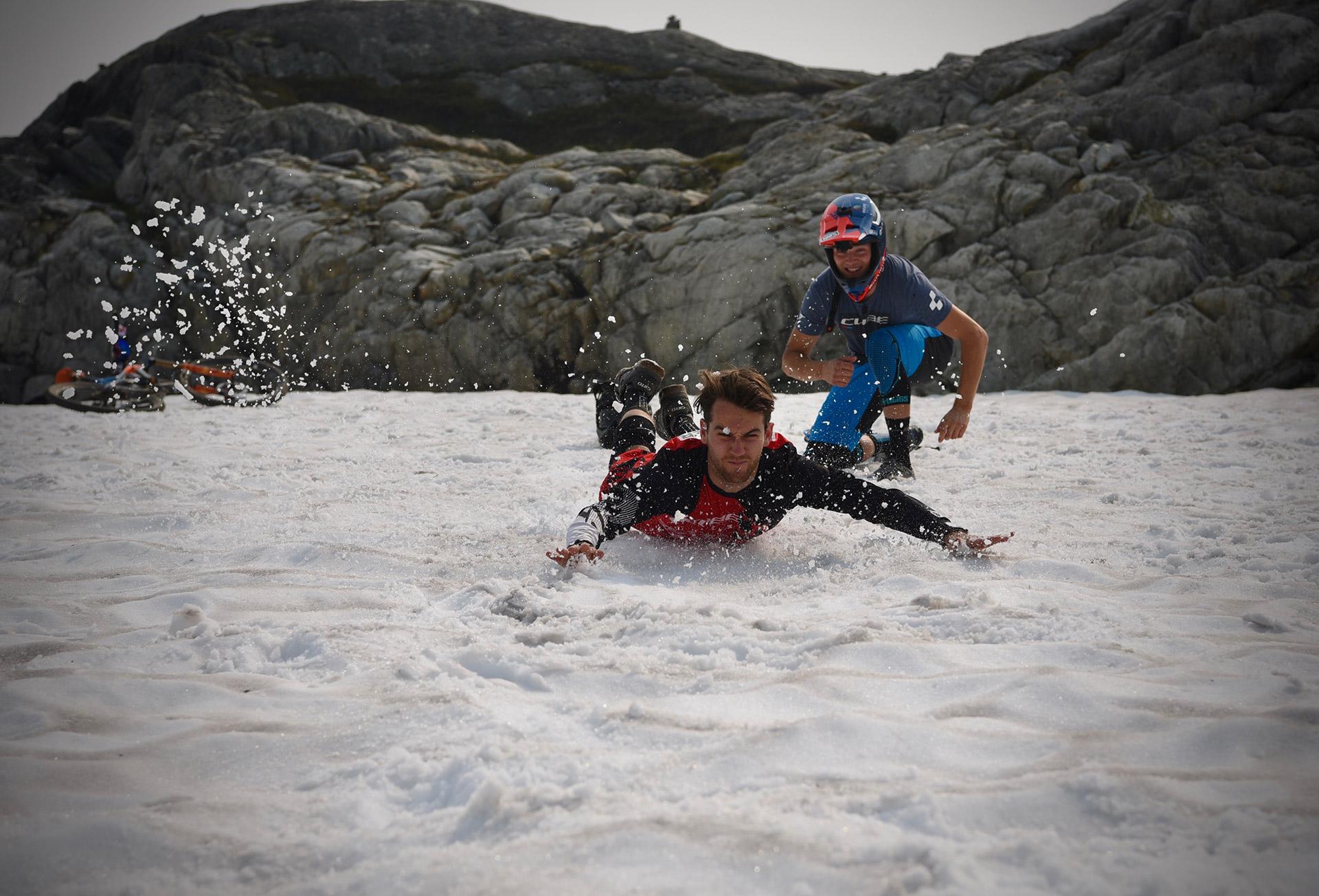 Bataille de boules de neige et ventriglisse. Il n'y a qu'à Whistler qu'on voit ce type d'échauffement !
