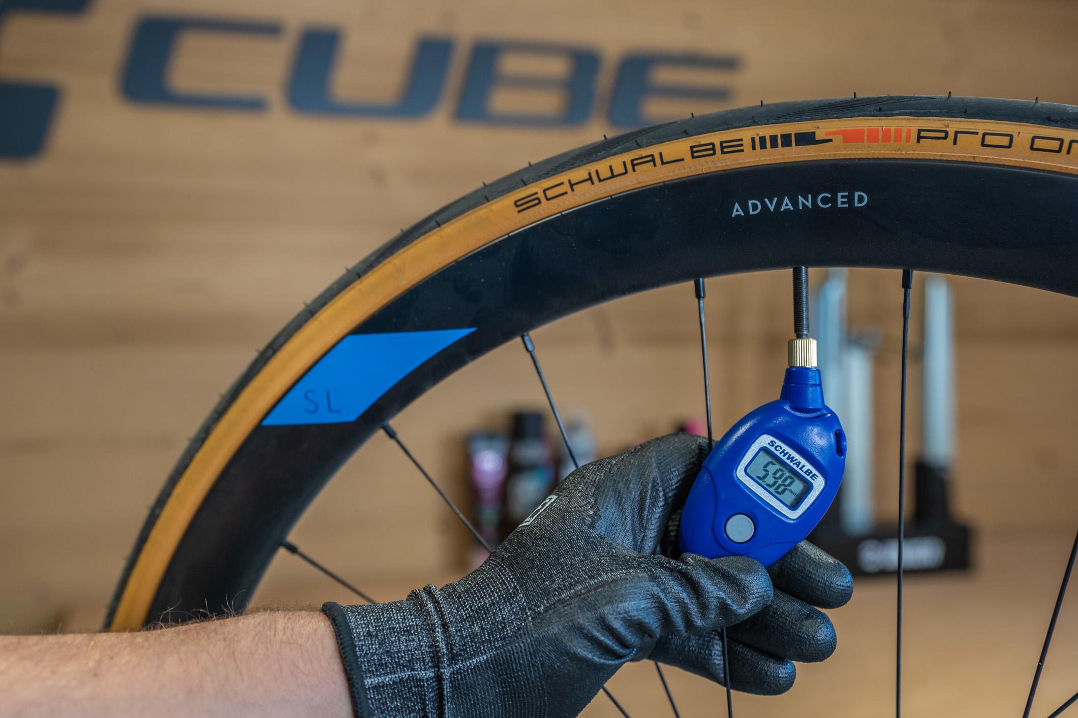 BIEN : Vérifier la pression du pneu. Pour le Schwalbe Pro TT, celle-ci doit être comprise entre 5,00 et 7,50 Bar.