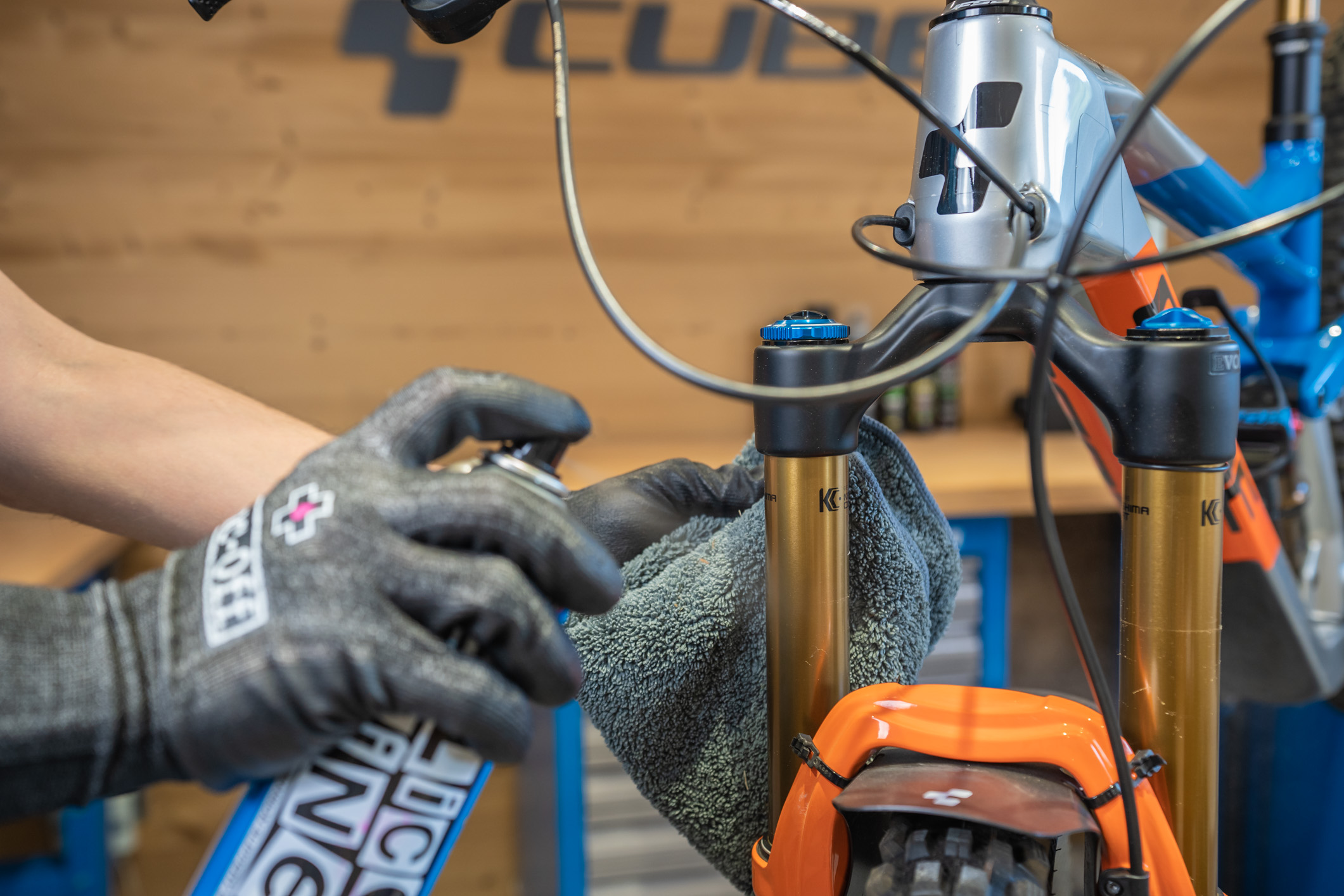 BIEN : Nettoyer et lubrifier les plongeurs de la suspension.
