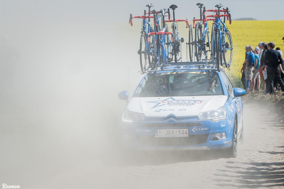 Les crevaisons n'ont épargné personne. Pas même la voiture du Directeur Sportif Hilaire Van der Schueren ! © Kramon