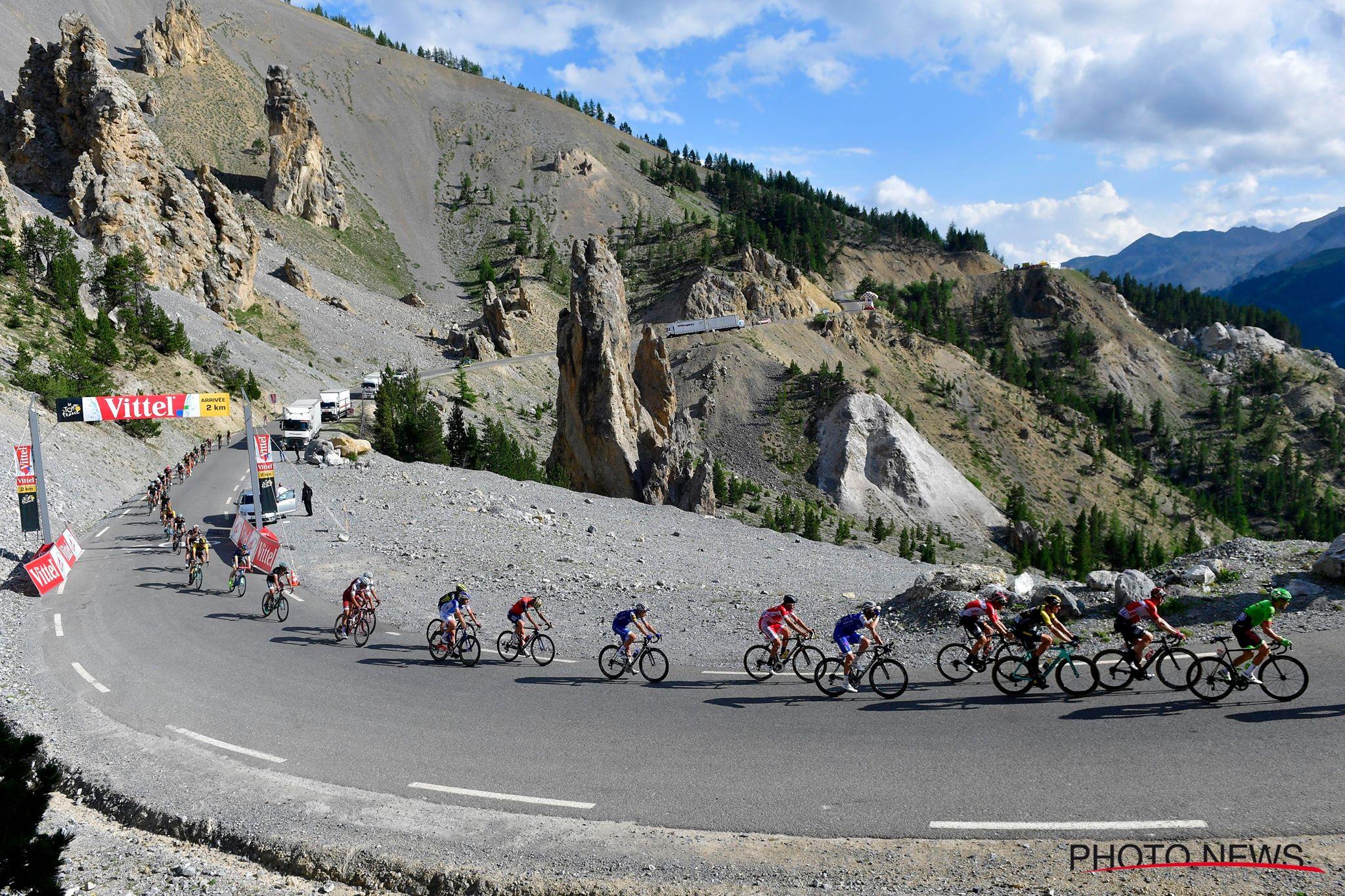Le peloton s'étire sur les lacets du Col de l'Izoard qui accueille sa première arrivée d'une étape du Tour de France. © Photo News