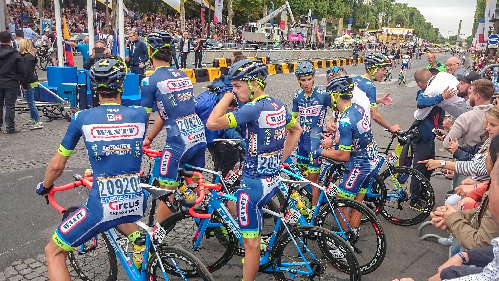 Beaucoup d'émotion sur les Champs Élysées. Les 9 coureurs de la formation Wanty-Groupe Gobert ont rallié la ligne d'arrivée de la 104ème édition du Tour de France au guidon de leurs Cube Litening C:68. © Marcel Lammers