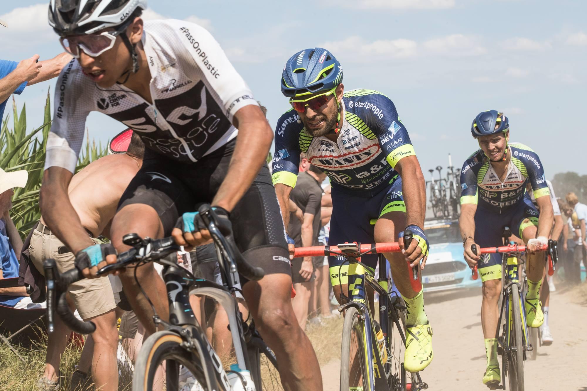 Andrea Pasqualon, le finisher de la Wanty-Groupe Gobert, lutte sur les pavés de Roubaix.