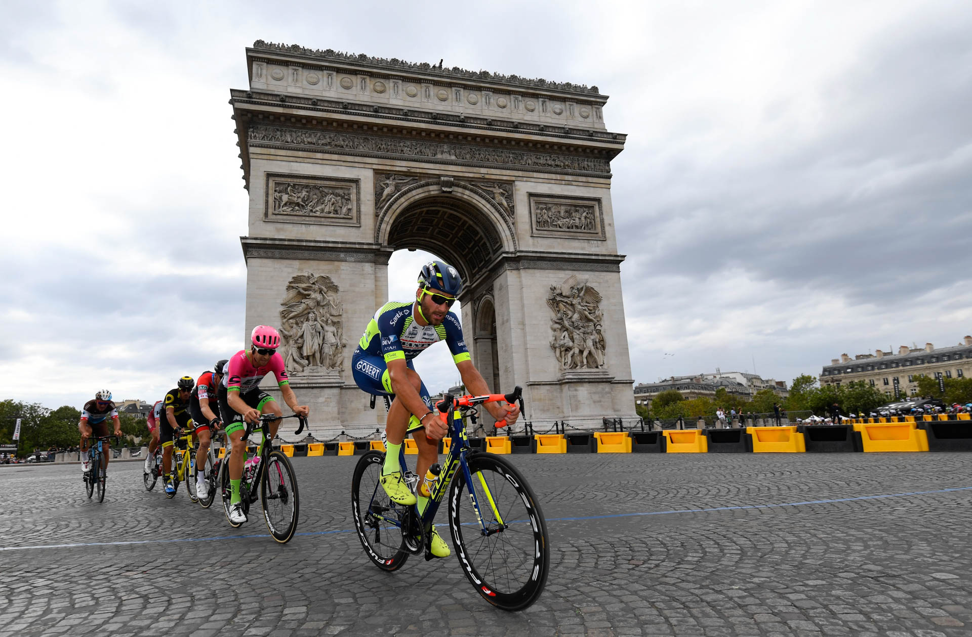 Guillaume VanKeirsbulck à l'attaque sur la dernière étape du Tour de France 2018 sur les Champs Elysées.