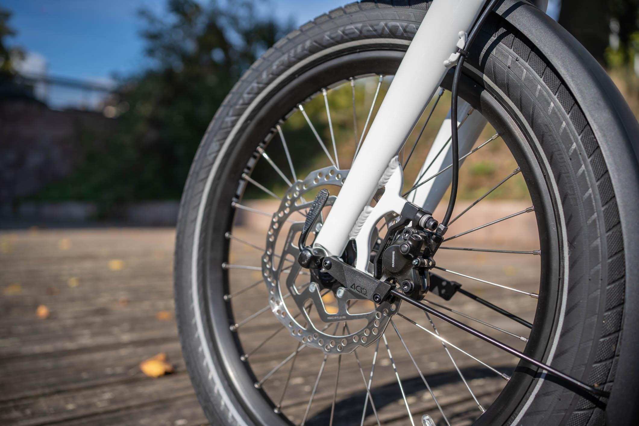 """Roues de 20"""" équipée de pneus larges et résistants."""