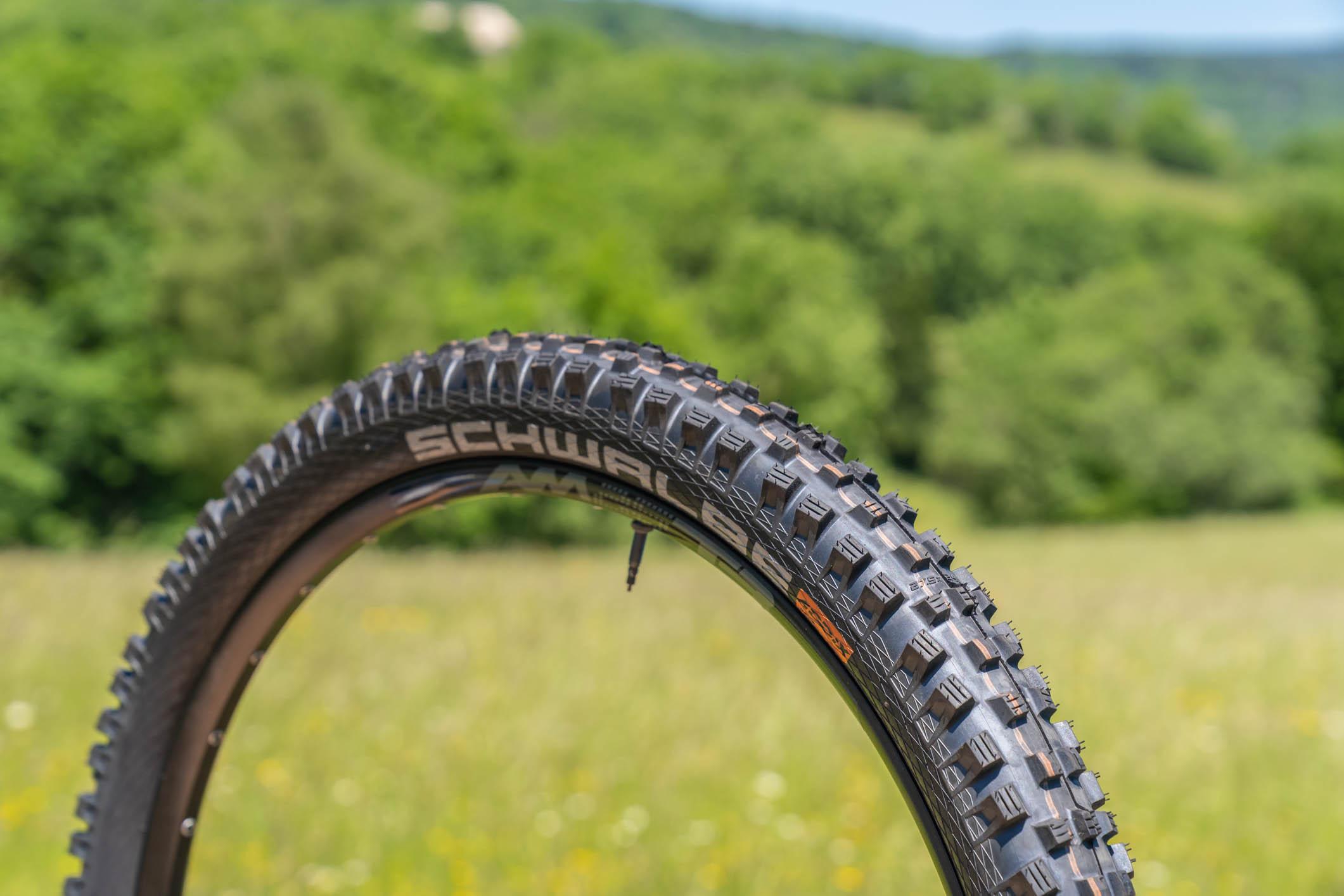 Schwalbe Magic Mary : un pneu agressif aux crampons hauts et espacés.